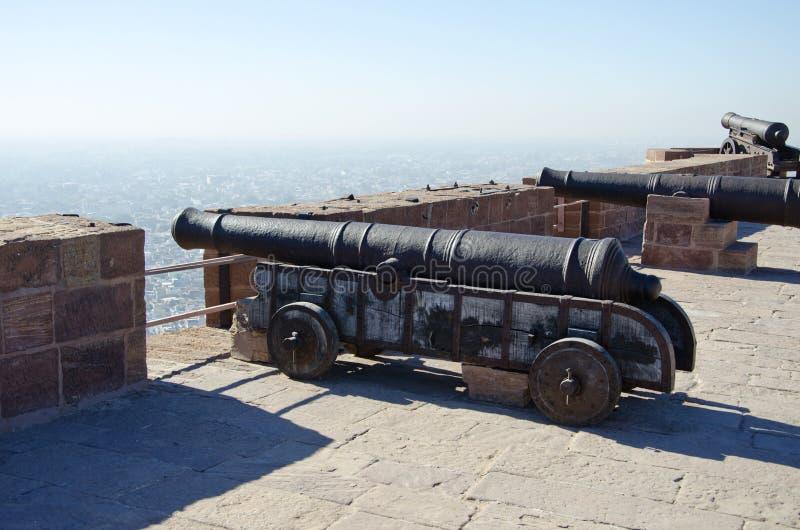 Cañones históricos en el fuerte de Mehrangarh en Jodhpur, la India foto de archivo libre de regalías