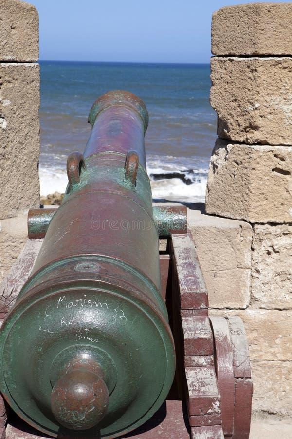 Cañones históricos en el fuerte Essaouira, Marruecos foto de archivo