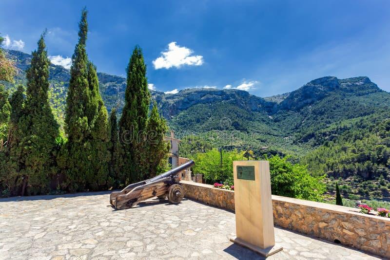 Cañones históricos en una ciudad de Deia en las montañas de Mallorca fotografía de archivo