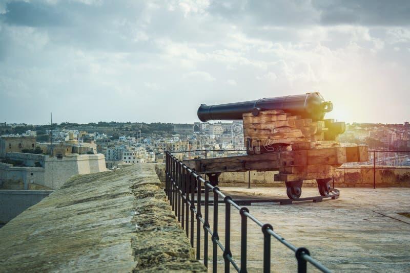 Cañones tradicionales del hierro de los sitios malteses históricos de Malta fotos de archivo libres de regalías