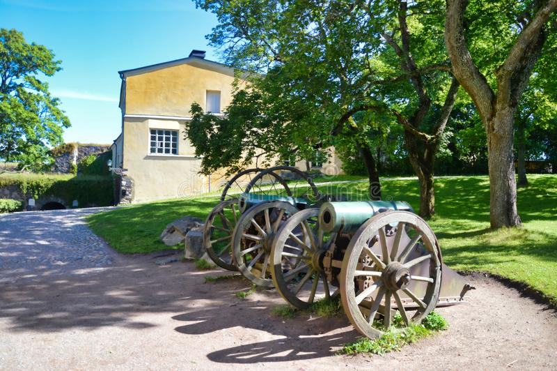 Cañones viejos dentro de la fortaleza de Suomenlinnan fotografía de archivo