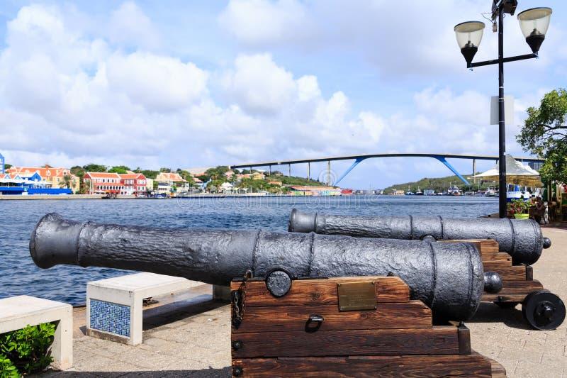 Cañones viejos que guardan a Curaçao fotografía de archivo
