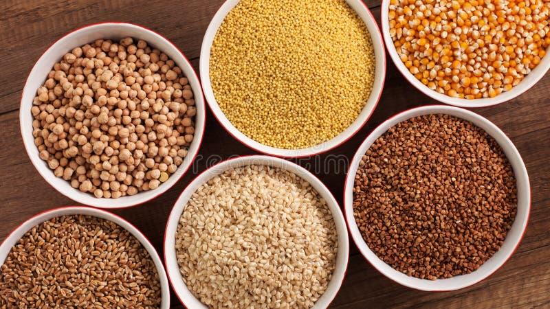 Cała foods diety baza - różnorodni ziarna w pucharach na stole zdjęcie royalty free