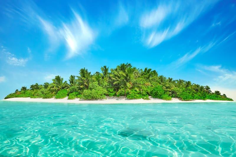 Cała tropikalna wyspa wśród atolu w tropikalnym oceanie obraz stock