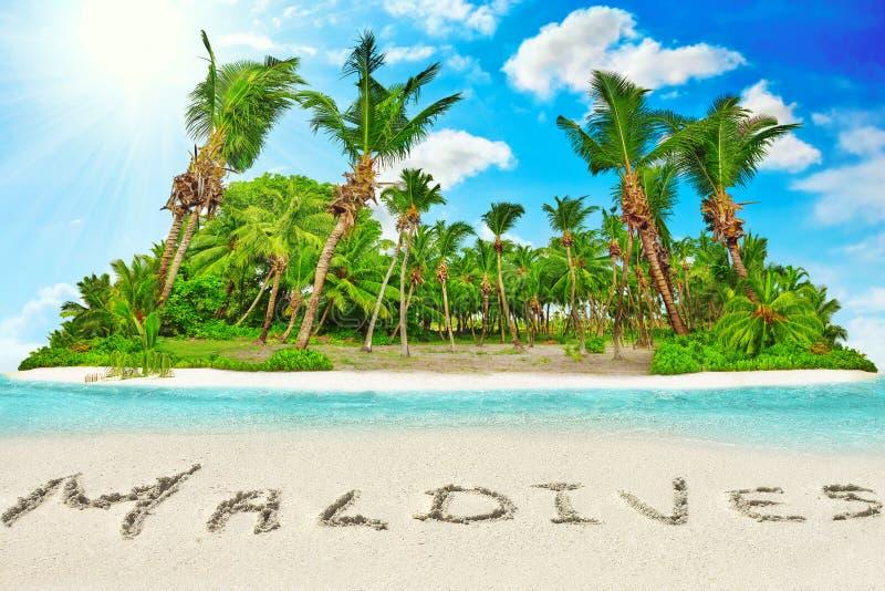 Cała tropikalna wyspa wśród atolu w tropikalnym oceanie i inscrip fotografia royalty free