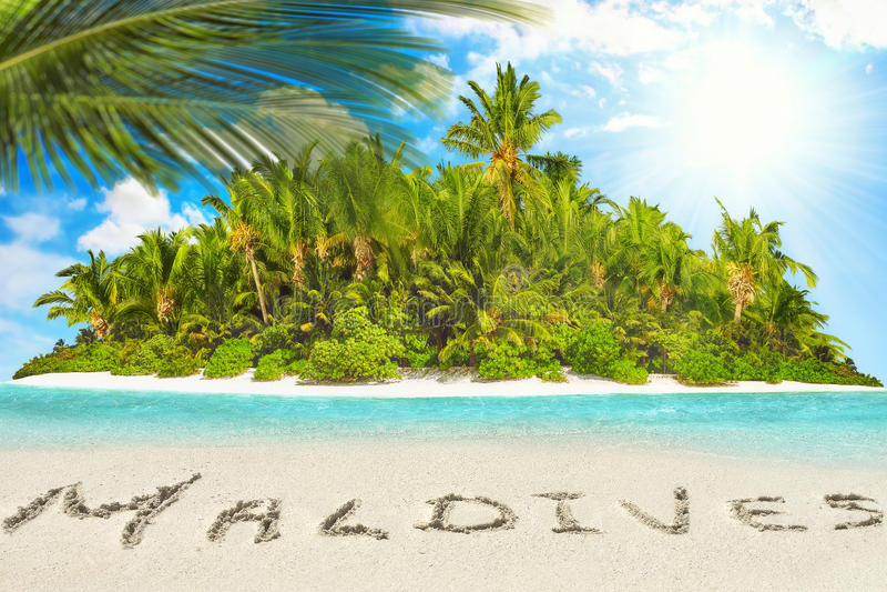Cała tropikalna wyspa wśród atolu w tropikalnym oceanie i inscrip obrazy royalty free
