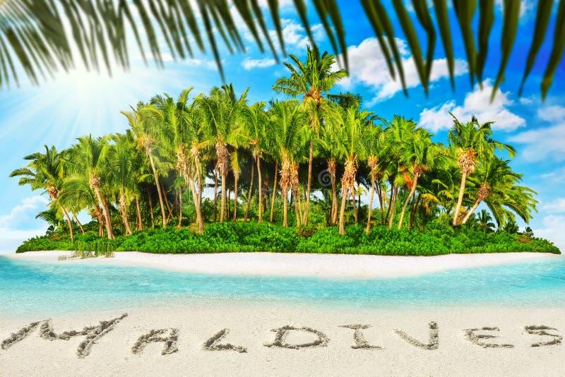 Cała tropikalna wyspa wśród atolu w tropikalnym oceanie i inscrip fotografia stock