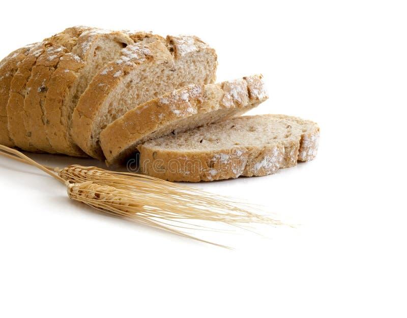 Całkowego rzemieślnika bochenka chlebowy cięcie w kilka plasterki zdjęcia royalty free