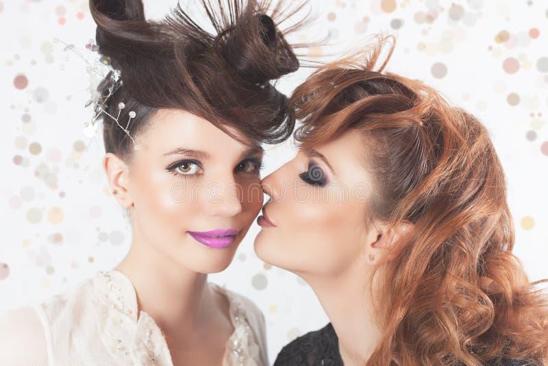Całkowicie Wspaniałe bliźniak dziewczyny z moda makijażem zdjęcia royalty free