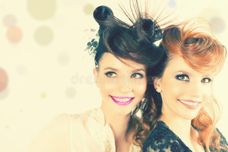 Całkowicie Wspaniałe bliźniak dziewczyny z mody fryzurą i makijażem obrazy royalty free