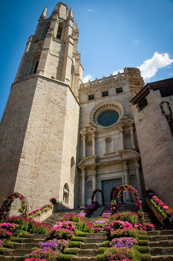 Całkowicie zataczać się architekturę od pięknego miasta Girona zdjęcia royalty free