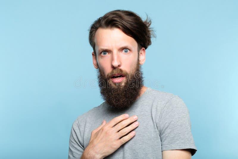 Całkowity brodaty mężczyzna szokująca oburzenie impertynencja obraz stock