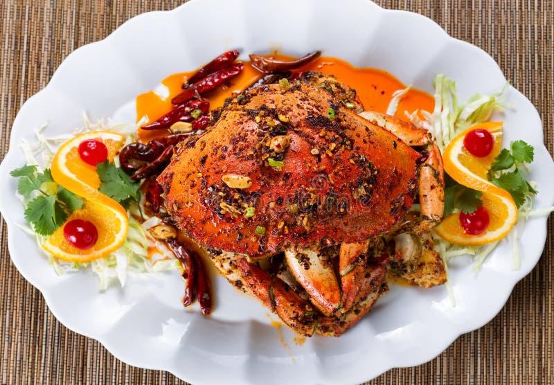 Całość gotował Dungeness kraba z arachidowym kumberlandem i pikantność na whit obraz royalty free