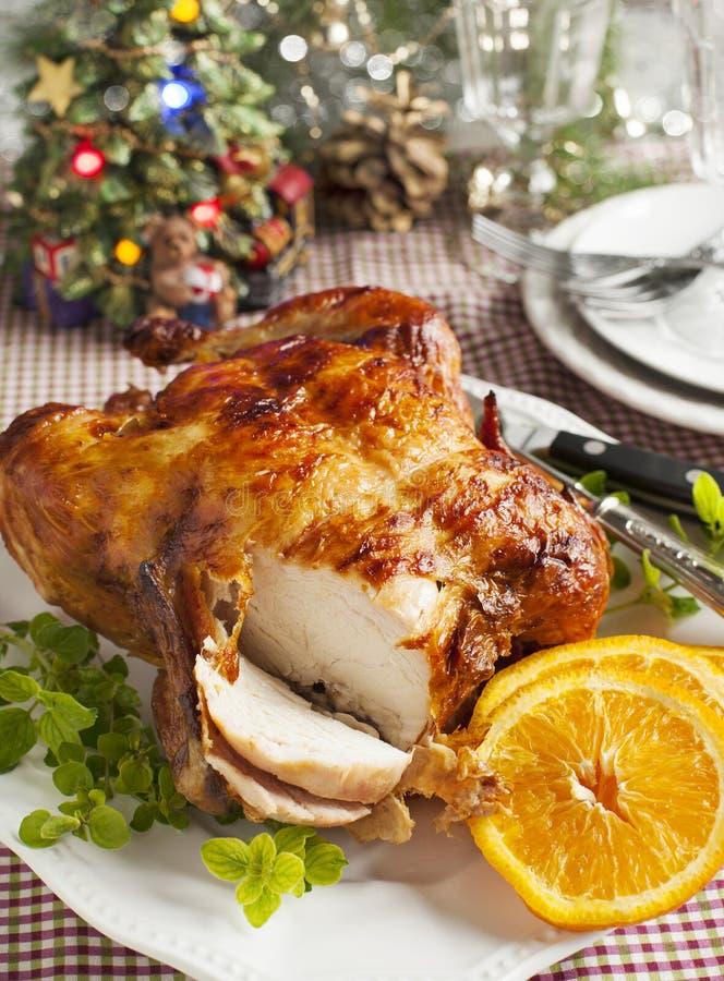 Całość piec kurczaka dla Bożenarodzeniowego gościa restauracji obrazy royalty free
