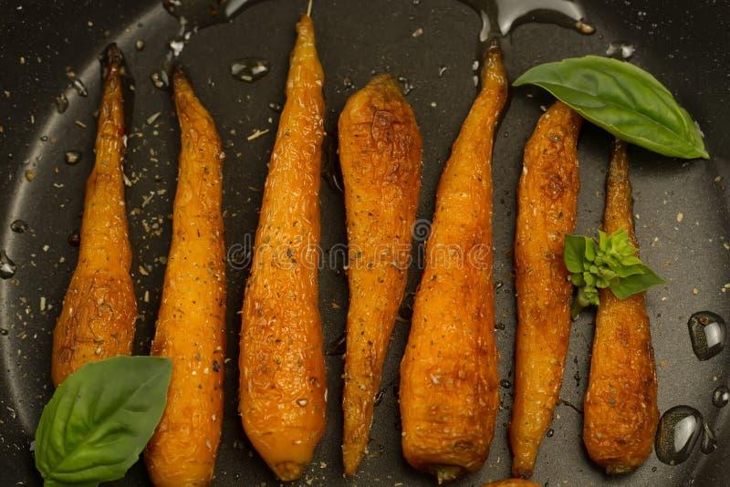 Całość piec marchewki z pikantność w rynience zdjęcie stock
