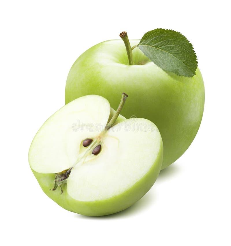 Całość zielonego jabłka rżniętej połówki odizolowywającej na białym tle fotografia stock