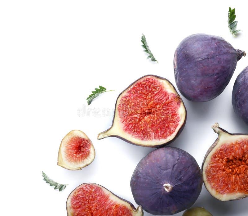 Całości i cięcia dojrzałe figi na białym tle fotografia stock