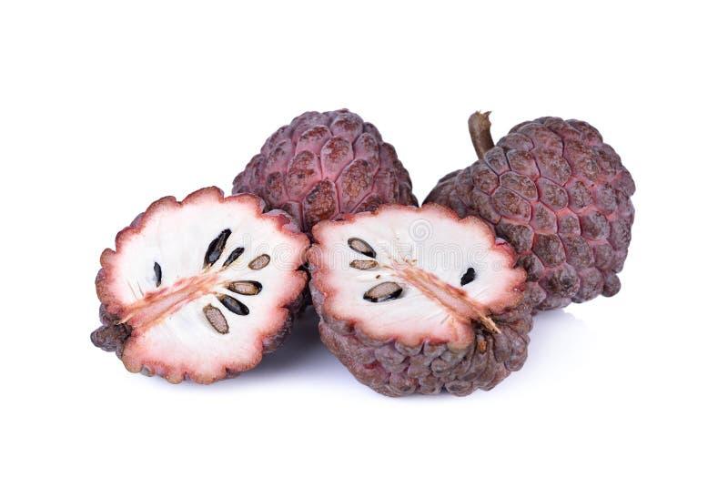 Całości i połówki custard jabłka rżnięta dojrzała czerwona skóra na białym backgr obrazy stock