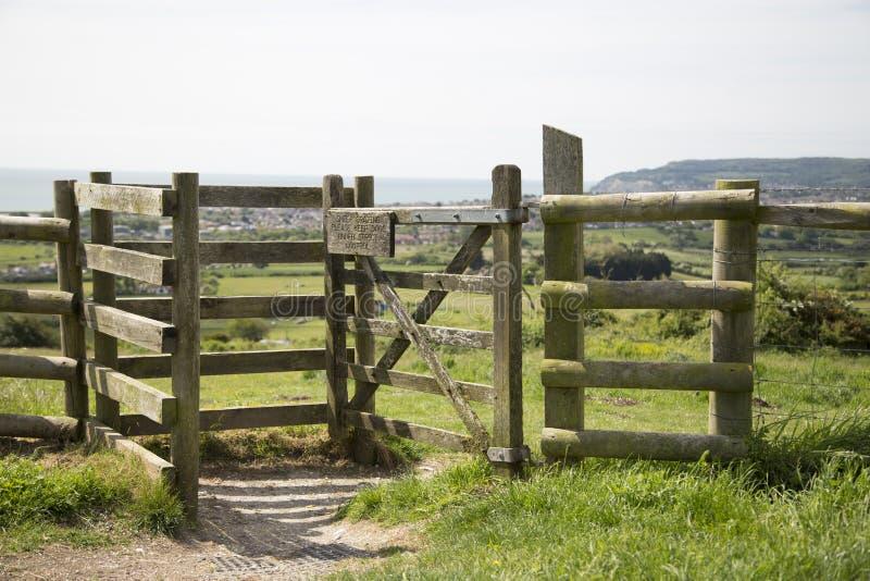 Całować bramę lub przełaz prowadzi następny pole zdjęcie stock