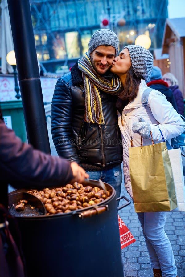Całować para kupienie piec kasztany obraz royalty free