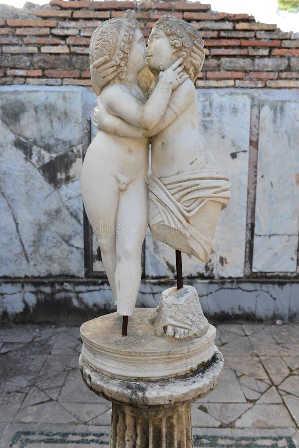 Całowanie dusz i amorka rzeźba zdjęcie stock