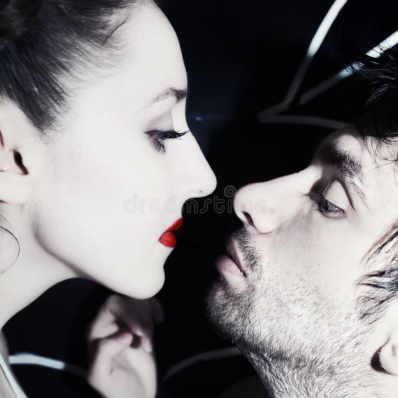 Całowanie kobiety i młodzi człowiecy obraz royalty free