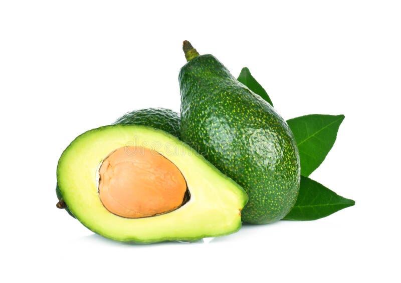 Cały i przyrodni avocado z zielonym liściem odizolowywającym na białym tle zdjęcia stock