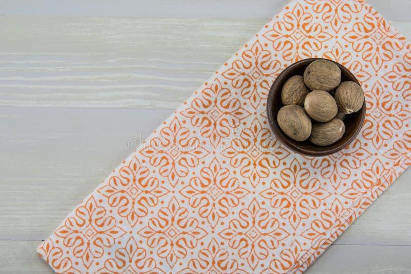 Cały Nutmeg w pucharze Z Pomarańczową pieluchą zdjęcie royalty free