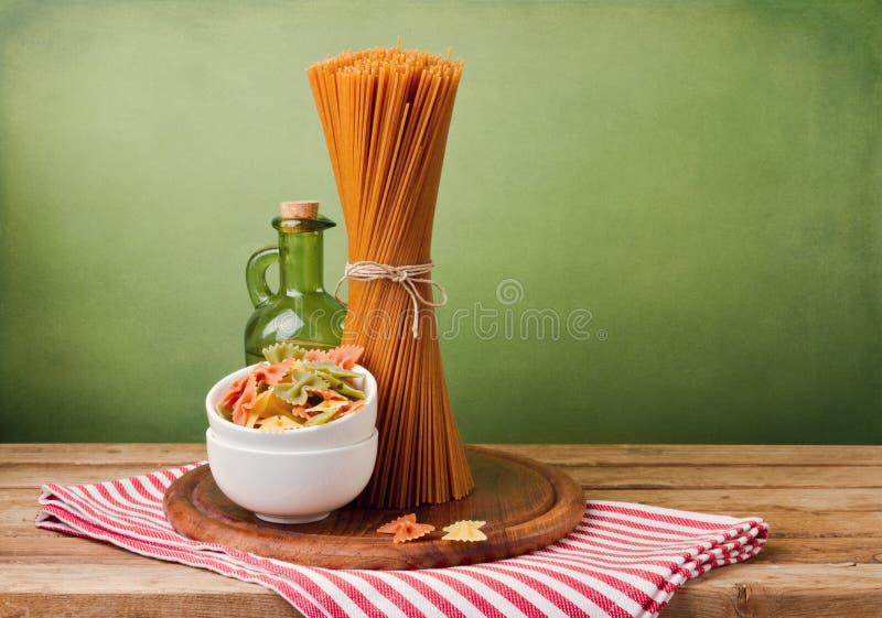 Cały pszeniczny spaghetti obrazy royalty free