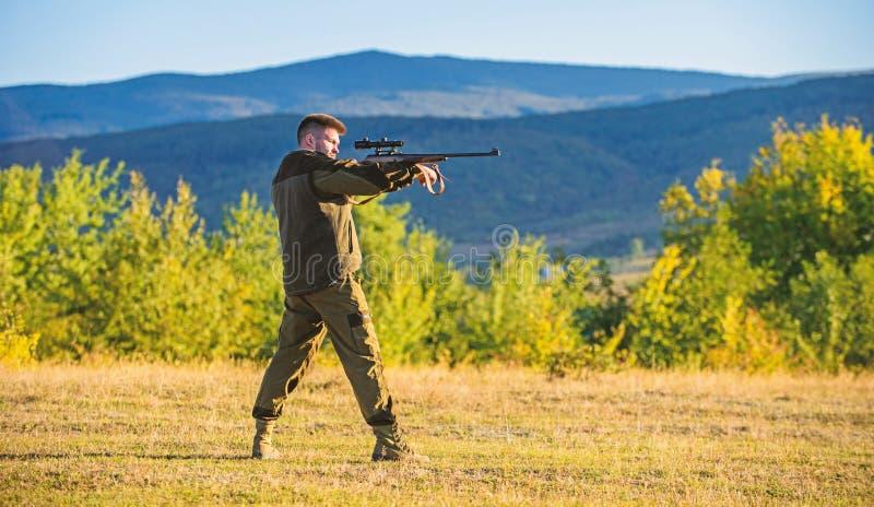 Ca?ador com o rifle que procura o animal Trof?u do tiro da ca?a Rifle do homem para a ca?a Prepara??o mental para ca?ar foto de stock royalty free