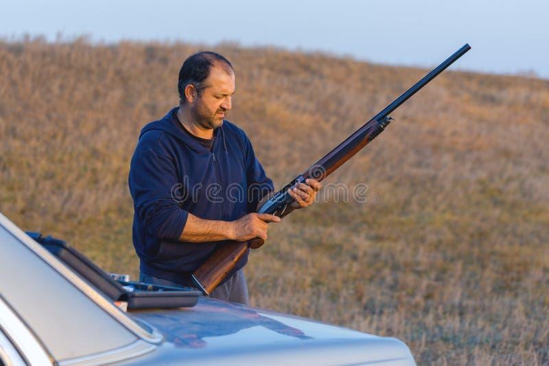 Ca?ador com uma arma e um drathaar alem?o Ca?a do pombo com c?es S fotos de stock royalty free