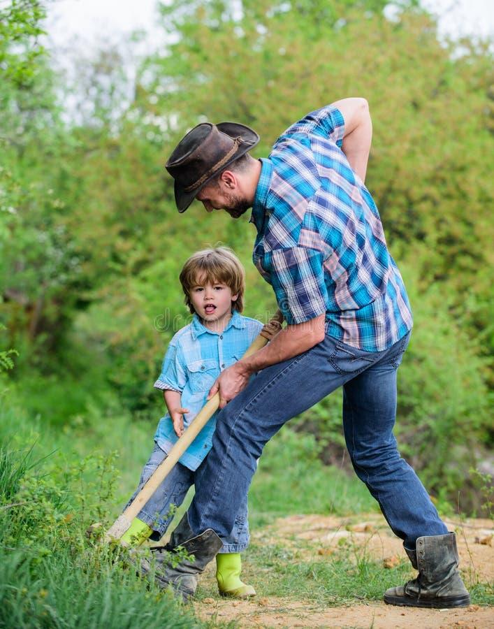 Ca?a da aventura para tesouros Pouco ajudante que trabalha no jardim Crian?a bonito na natureza que tem o divertimento com p? ach imagem de stock