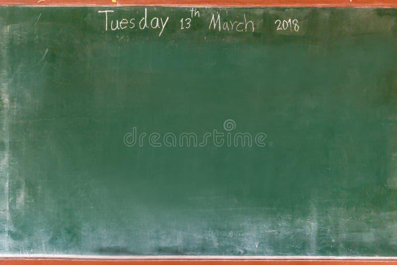 Ca?da verde vac?a de la textura de la pizarra en la pared blanca marco doble del greenboard y del fondo blanco imagen de archivo