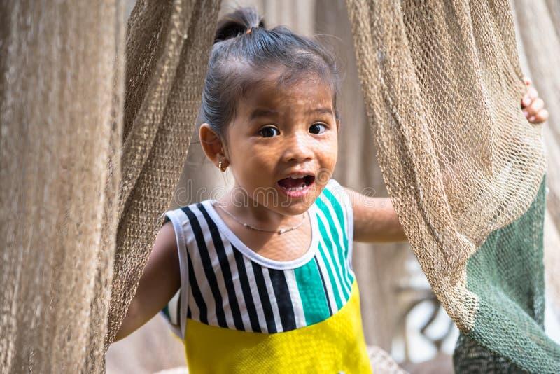 Ca Mau,越南- 2016年12月6日:使用与掩网的小女孩画象在Ngoc Hien, Ca Mau区,越南 免版税库存照片