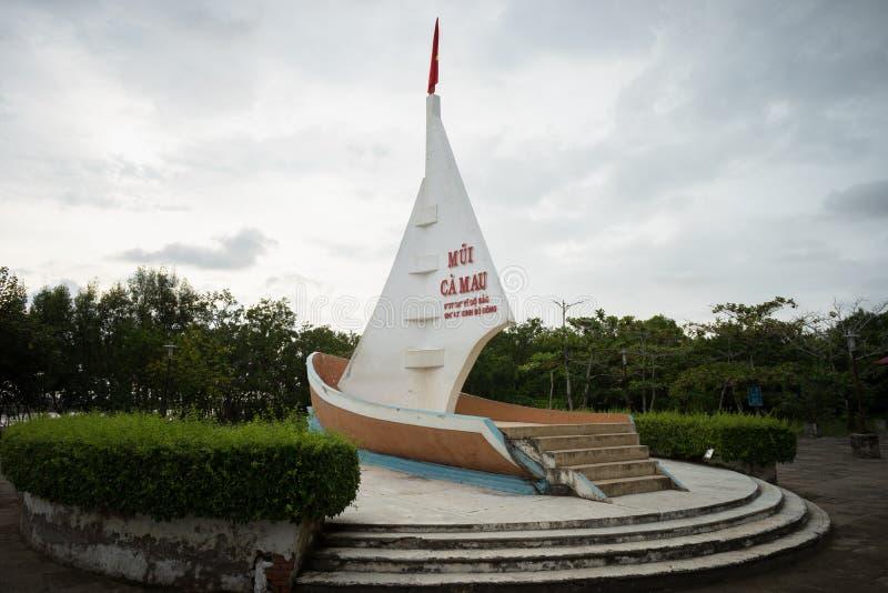 Ca Mau, Vietnam - 6 Dec, 2016: Mijlpaal Meest zuidelijk punt met boot-vormig monument met zeilen zeewaartse territoriale eisen in royalty-vrije stock foto