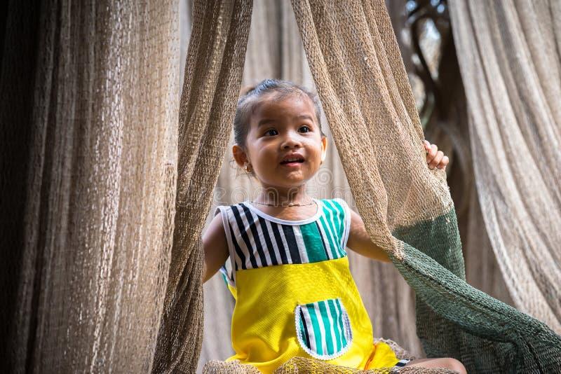 Ca Mau, Vietname - 6 de dezembro de 2016: Retrato da menina que joga com rede de carcaça em Ngoc Hien, distrito de Ca Mau, Vietna fotografia de stock royalty free