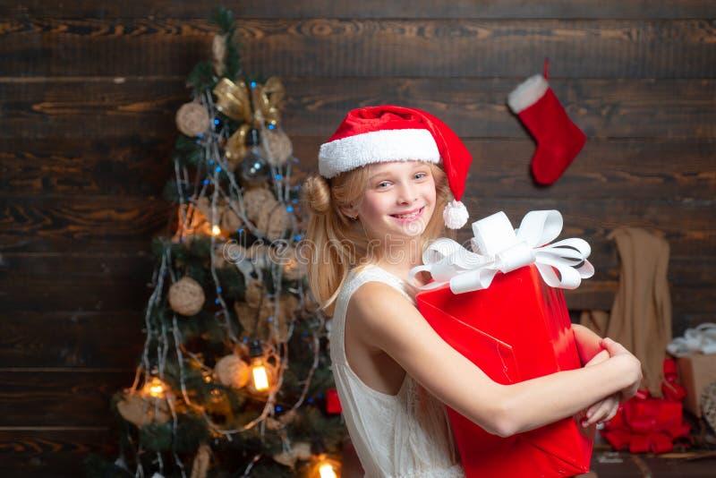 Ca?oe ter o divertimento perto da ?rvore de Natal dentro Feliz Natal e ano novo feliz Crian?as do Natal Menina bonito fotografia de stock royalty free