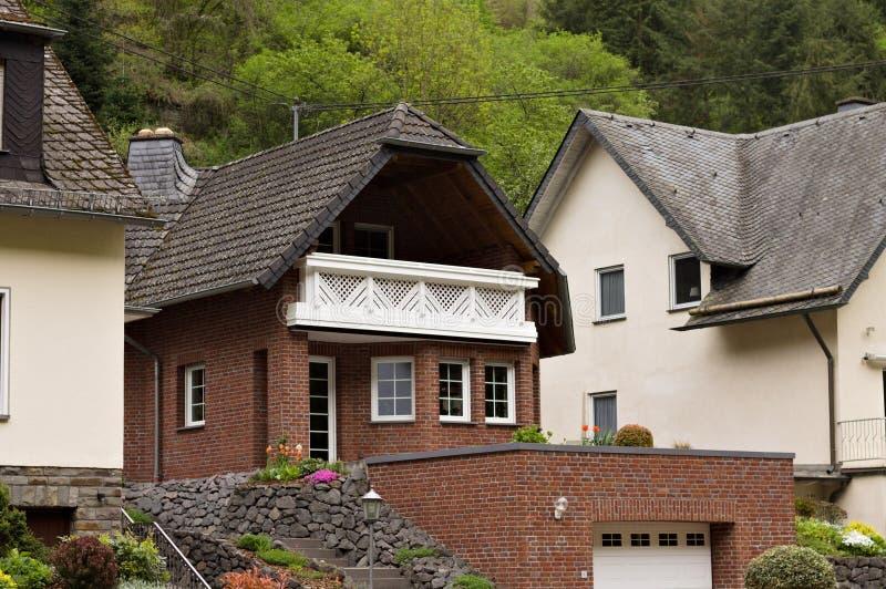 Cabaña aislada con ladrillos marrones y un tejado negro Alemania fotografía de archivo libre de regalías