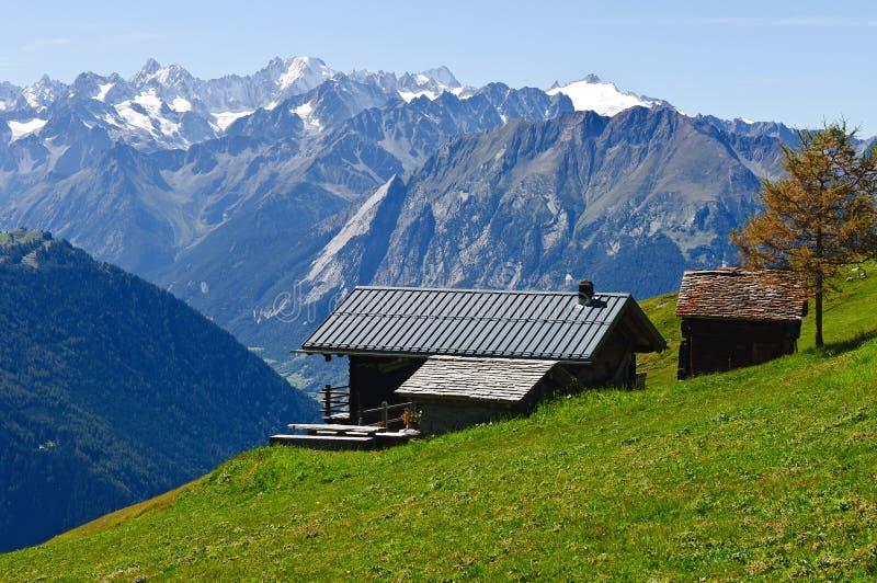 Cabaña alpestre en las montan@as suizas fotografía de archivo libre de regalías