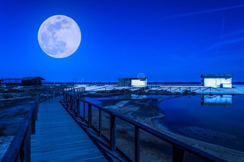 Cabaña blanca en la playa en la noche fotografía de archivo libre de regalías