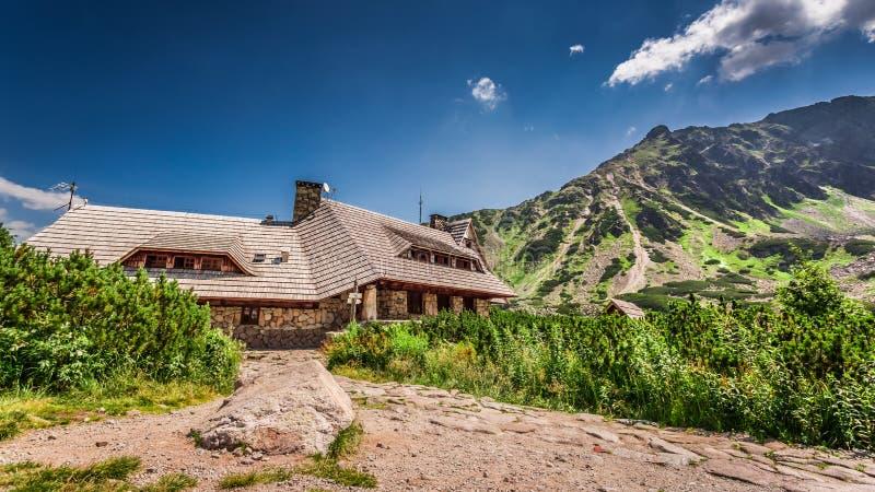 Cabaña de la montaña en el verano fotografía de archivo libre de regalías