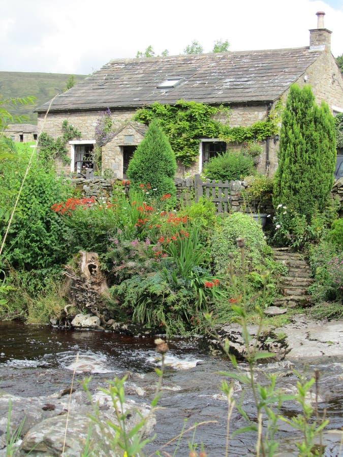 Cabaña de la primavera en el río imagen de archivo libre de regalías