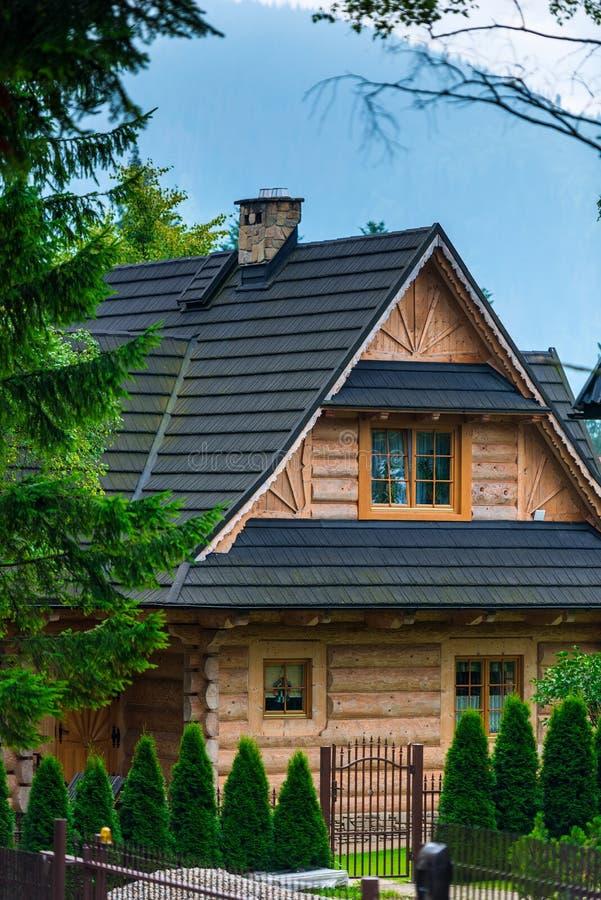 cabaña de madera con un patio hermoso en europeo fotos de archivo libres de regalías