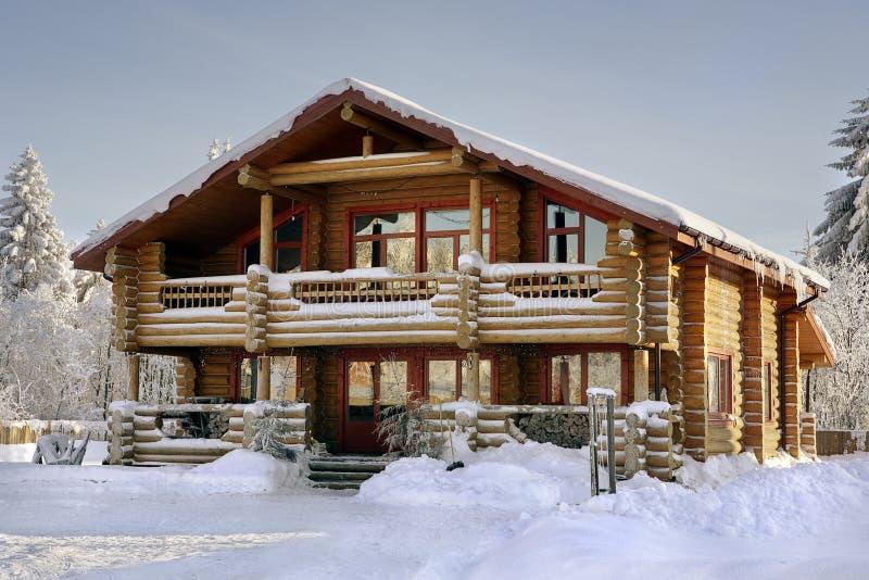 Cabaña de madera cubierta en nieve durante invierno fotos de archivo libres de regalías