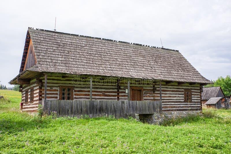 Cabaña de madera en el pueblo, Eslovaquia imágenes de archivo libres de regalías