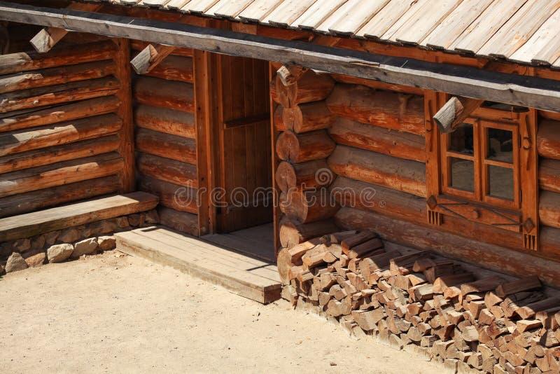 Cabaña de madera de madera, encendida por el sol, detalle en puerta de entrada fotografía de archivo