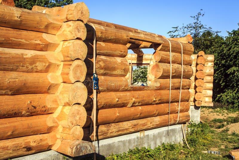 Cabaña de madera inacabada imagenes de archivo