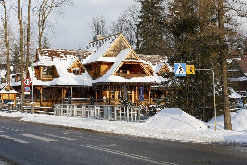 Cabaña de madera de madera tradicional en paisaje del invierno fotografía de archivo libre de regalías