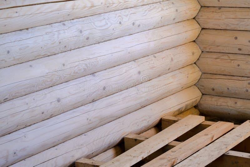 Cabaña de madera, un fragmento de una nueva casa de madera de registros Textura amarilla y ocherous del verano Rayas horizontales fotos de archivo libres de regalías