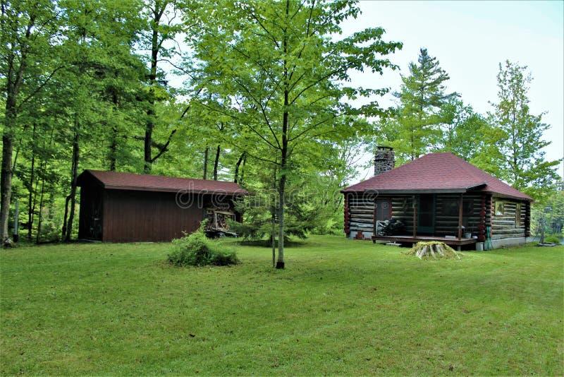 Cabaña de madera vieja rústica situada en Childwold, Nueva York, Estados Unidos fotos de archivo